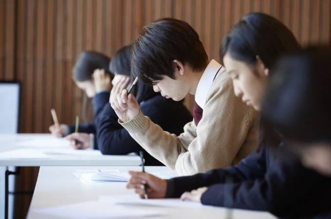 試験を受ける受験生