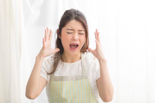 怒りで叫ぶ介護職女性.jpg