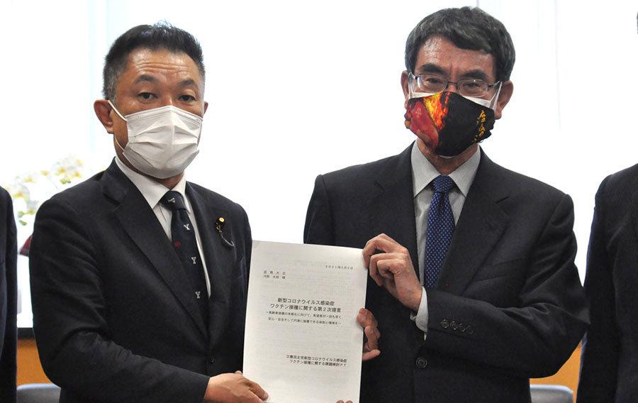 《 河野担当相に提言を手渡す立民の中島氏 》.jpg