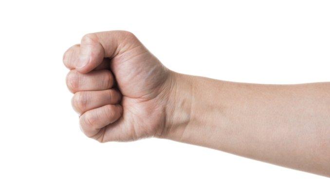 男性の握りこぶし.jpg