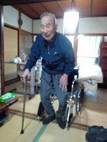 画像4:杖を使って立ち上がるT田さんのお父さん