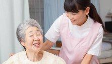 腰痛に悩む女性介護士