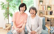 50代の笑顔の女性介護士