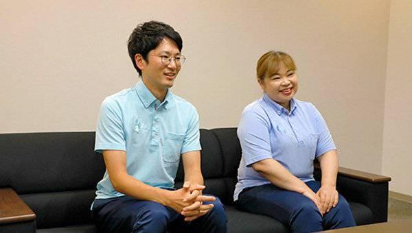 並んで座るケアマネジャー・介護福祉士の水澤さんと看護師の平野さん