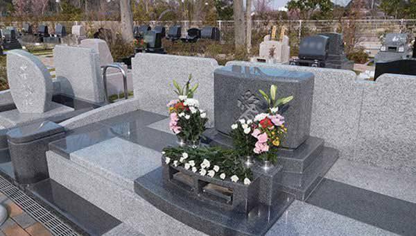 花が供えられたエデンの園 共同墓苑